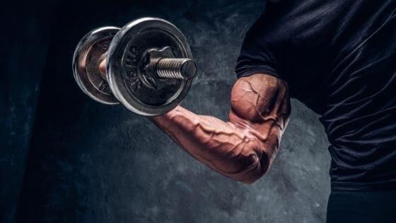 Evita los errores al entrenar tus brazos