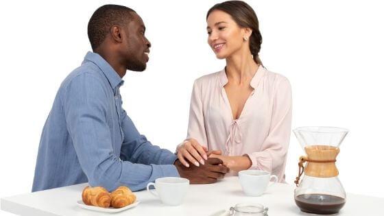Crea un contacto visual para tener química con una mujer